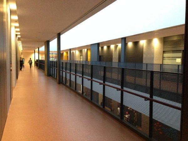 校舎の長い廊下。しゃれたデザイン