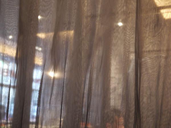 隣との仕切りにあるカーテンは薄手