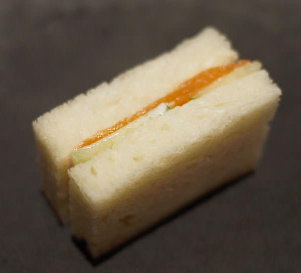 サーモンとキュウリのサンドイッチ