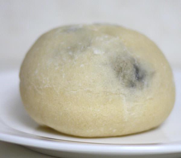 ニコラス精養堂 黒豆あんぱん 横から見た画像