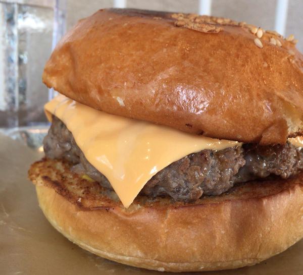 S.F. BURGERsのチーズバーガー 肉厚